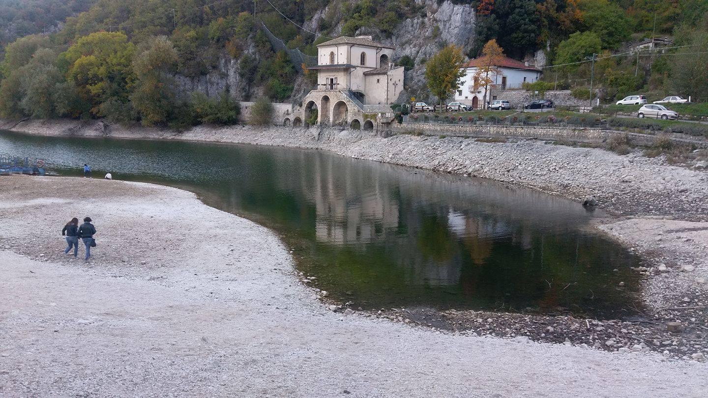 Da cuore d 39 acqua a cuore di pietra il lago di scanno in - Letto di un fiume in secca ...